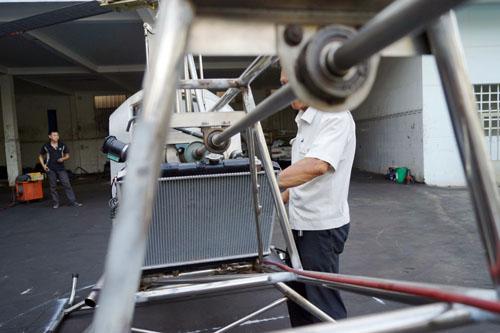 Truyền động giữa trụ quay từ cánh quạt chính dẫn đến cánh quạt đuôi được  có tốc độ quay đồng bộ.