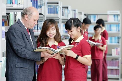 Giảng viên và sinh viên củaSIUtrong thư viện sách.