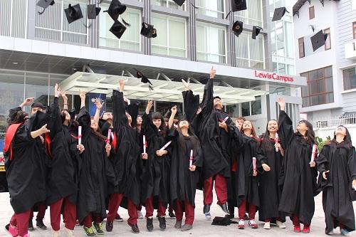 Sinh viên tốt nghiệp tại SIU có nhiều cơ hội việc làm hay đi du học tại các trường đại học uy tín trên thế giới.