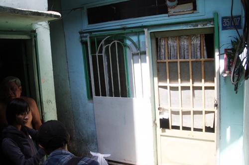 Theo người dân, vài ngày nay, dù có ở nhà nhưng Tuấn vẫn thò tay ra ổ cửa chốt cửa ngoài, tắt đèn. Ảnh: An Nhơn