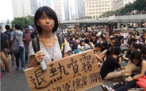 Quan tâm đến mùi cơ thể người khác  Hình ảnh một người biểu tình cung cấp áo có chất thơm được Tom Grundy, một nhà báo tại Hong Kong, chụp lại và đăng tải lên mạng xã hội. Thời tiết vào thời điểm đó khá oi ả, khiến nhiều người toát mồ hôi. Những tình nguyện viên khác còn đi xịt nước xung quanh các đám đông, giúp họ cảm thấy mát mẻ hơn. Ảnh: BBC.