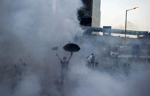 Tự vệ bằng ô dù  Chiếc ô, một vật dụng bình thường và phổ thông, trở thành biểu tượng của chiến dịch biểu tình sau khi nó được sử dụng như một lá chắn, đối phó với hơi cay từ cảnh sát. Chiếc ô trở về với công dụng thường ngày khi những cơn mưa xuất hiện. Cảnh sát cho biết một số người biểu tình còn dùng vật dụng này dọa tấn công lực lượng an ninh trong tối 28/9. Ảnh: BBC.