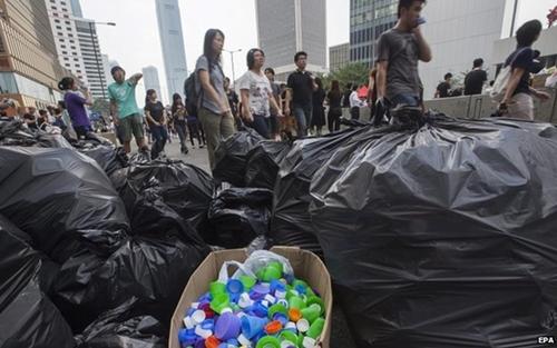 """Biểu tình sạch sẽ  """"Người biểu tình dành phần lớn buổi sáng để dọn rác từ đêm hôm trước. Một số sinh viên thu dọn những mẩu thuốc lá, chai nhựa, số khác phân phát đồ ăn sáng. Đó là lý do họ được gọi là """"những người biểu tình lịch sự nhất"""" trên một vài mạng xã hội"""", Saira Syed, phóng viên BBC, mô tả lại. Nhiều người nhận định rằng họ chưa thấy cuộc biểu tình nào trên thế giới sạch sẽ như vậy. Ảnh: EPA."""