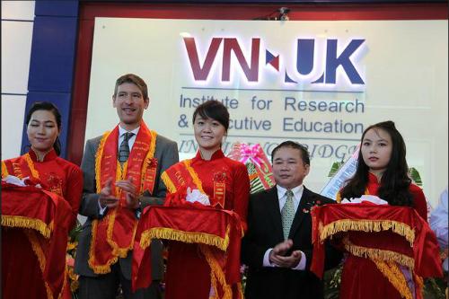 Đại sứ Vương quốc Anh tại Việt Nam Giles Lever cùng Thứ trưởng Bộ Giáo dục và Đào tạo Bùi Văn Ga cắt băng khánh thành Viện nghiên cứu và đào tạo Việt-Anh