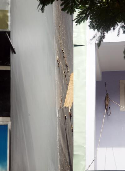 Tường nhà bị rách toạc ra vài tấc. Ảnh: An Nhơn