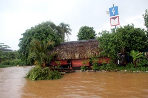 Mực nước sông Đồng Nai đang lên cao vào chiều 6/10 đoạn đi qua TP Biên Hòa. Ảnh: Hoàng Trường