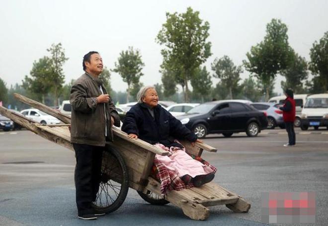 Con trai kéo xe đưa mẹ đi du lịch