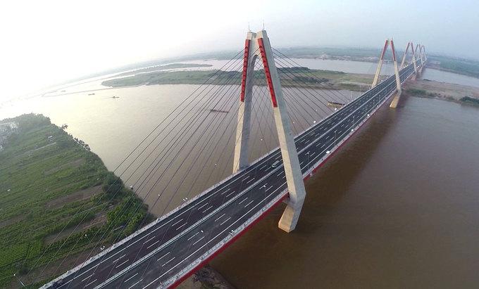 Cầu dây văng Nhật Tân vượt sông Hồng