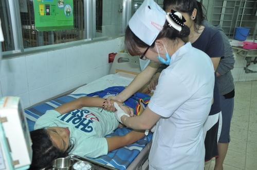 Nữ sinh đang được điều trị tại bệnh viện Nhi Đồng Nai. Ảnh: Hoàng Trường