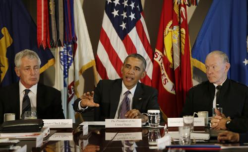 Tổng thống Obama phát biểu bên cạnh Bộ trưởng Quốc phòng Chuck Hagel(trái) và Chủ tịch Hội đồng Tham mưu trưởng Liên quânMartin Dempsey sau cuộc họp an ninh hôm qua ở Lầu Năm Góc. Ảnh: Reuters