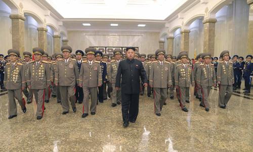Nhà lãnh đạo Triều Tiên Kim Jong-un (giữa) tới thăm cung Mặt trời Kumsusan hôm 27/7, nhân kỷ niệm 61 năm hiệp định đình chiến kết thúc cuộc chiến tranh liên Triều. Ảnh: Reuters.
