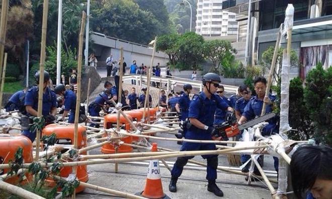 Cảnh sát Hong Kong cưa cắt rào chắn của người biểu tình