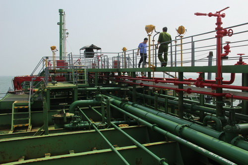 Công an cùng Viện kiểm sát tỉnh Bà Rịa Vũng Tàu điều tra kỹ trên boong dầu của tàu Sunrise 689. Ảnh: Hoàng Trường