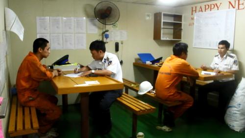 Cảnh sát biển vùng 3 lấy lời khai của các thủy thủ tàu Sunrise 689. Ảnh: Hoàng Trường