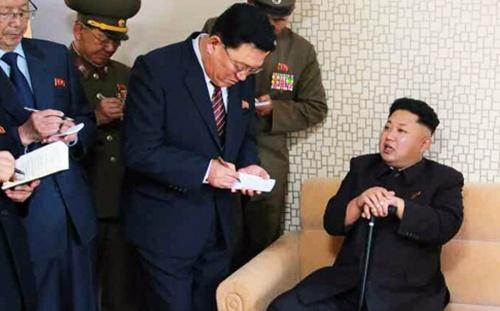 Lãnh đạo Triều Tiên Kim Jong-un (phải) chống gậy
