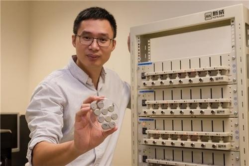 Giáo sư Chen cầm loại pin sạc cực nhanh trên tay phải của mình. Ảnh: Nanyang Technological University