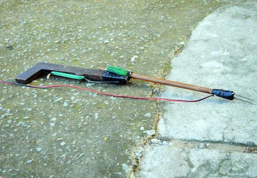 Súng bắn điện được câu từ bình ắc quy mà Bình và đồng bọn dùng bắn chó. Ảnh: An Nhơn