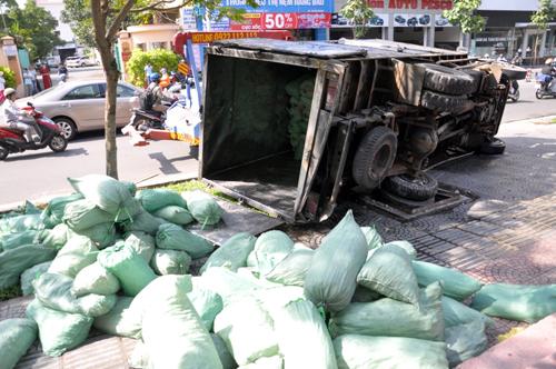 Xe tải chở nước lật đè chết người phụ nữ bán mũ bảo hiểm trên vỉa hè. Ảnh: Châu Thành