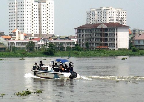 Lực lượng cứu hộ chạy ca nô trên sông Sài Gòn tìm kiếm người nhảy cầu
