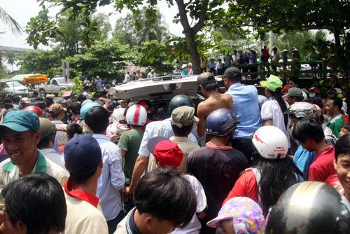 Sau đó chú cá hô được bỏ lên xe taxi đưa đi trong vòng vây của hàng trăm người.