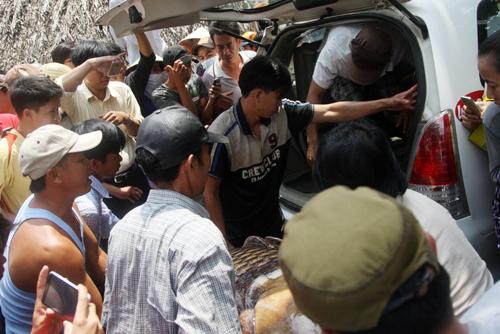 Chú cá được mọi người đưa lên taxi chở đi.