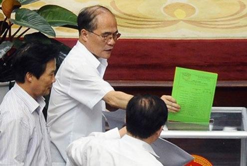 Lấy phiếu tín nhiệm tại kỳ họp Quốc hội tháng 6/2013. Ảnh: Hoàng Hà.