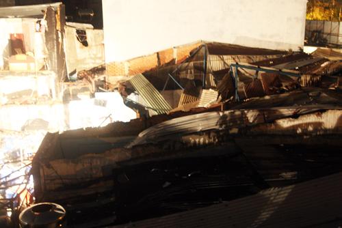 Mái tôn các căn nhà xung quanh bay tứ tung.
