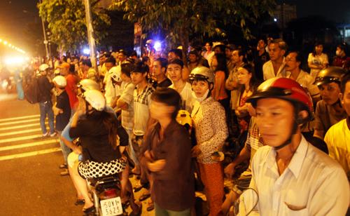 Phía ngoài, hàng trăm người dân vẫn xem công tác cứu hộ và tìm nạn nhân.