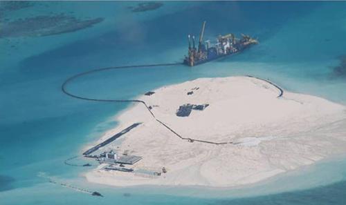Hoạt động cải tạo đất phi pháp của Trung Quốc trên bãi Gạc Ma ở quần đảo Trường Sa. Ảnh: Inquirer