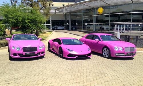 Bộ 3 siêu xe màu hồng với Huracan (ở giữa), Bentley Slying Spur (bên phải) và Continental GT Speed Convertiable.