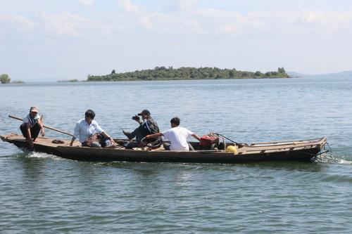 Hồ Trị An hiện có rất nhiều cư dân sinh sống và đi lại trên lòng hồ. Ảnh: Hoàng Trường