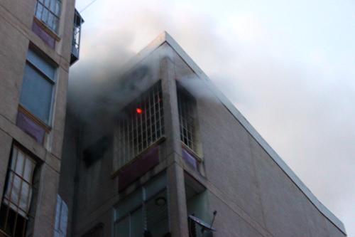 Lửa và khói bốc lên từ căn hộ trên tầng 5 của chung cư. Ảnh: Châu Thành