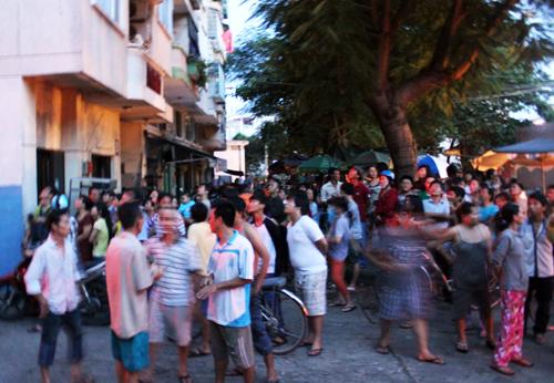 Hàng trăm người dân hốt hoảng chạy xuống đất khi căn hộ phát hỏa. Ảnh: Châu Thành