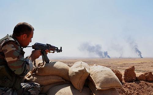 Một chiến binh người Kurd cố thủ ở thị trấnBartella,Iraq sau cuộc giao tranh với phiến quân IS. Ảnh:Anadolu Agency