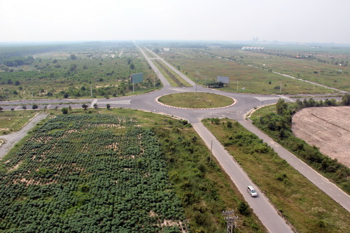 Đường xá thuận lợi song các dự án đều bỏ trống mà nguyên nhân được UBND huyện Nhơn Trạch cho rằng do khủng hoảng kinh tế khiến các chủ đầu tư khó khăn tài chính.