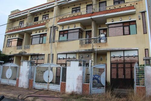 Nhiều nhà dãy phố được xây lên đang bỏ hoang, một số nhà được tận dụng để nuôi yến lấy tổ.