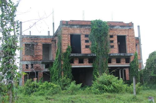 Do khủng khoảng tài chính nên nhiều nhà xây dang dở.