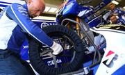 Tại sao lốp xe đua lại bọc kín?