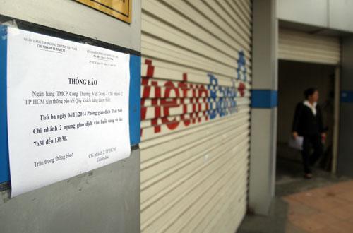 Ngân hàng VietinBank dán thông báo ngưng giao dịch buổi sáng. Ảnh: An Nhơn