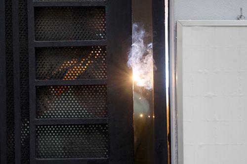 Phía phòng giao dịch hàn xì lại chốt khóa cửa hông được cho là bị trộm cắt và đột nhập. Ảnh: An Nhơn