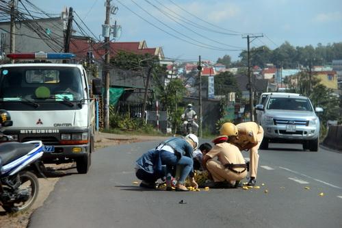 Vụ tai nạn khiến hàng chục nải chuối rớt xuống đường. Ảnh: Hoàng Trường