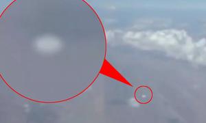 Vật thể lạ 'áp sát' máy bay chở khách