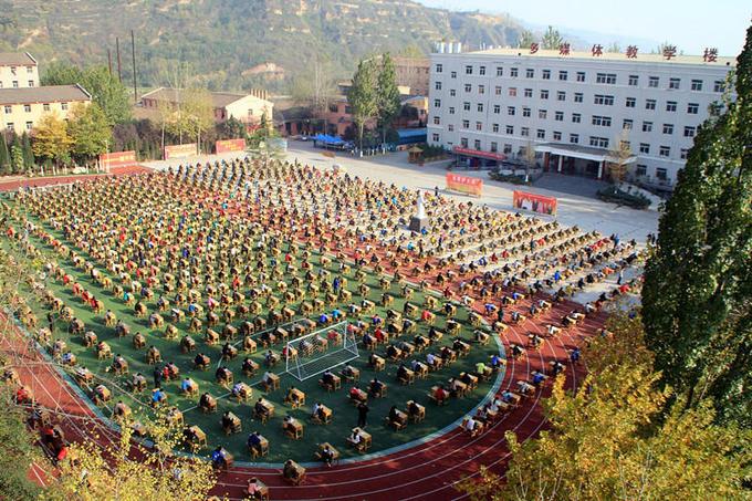 Kỳ thi tốt nghiệp kỳ lạ giữa sân trường