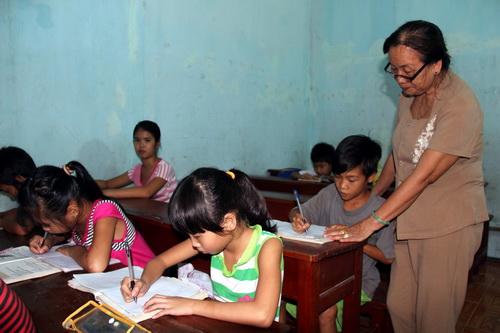 10 năm qua, bà Dư vẫn âm thầm dạy chữ cho trẻ em nghèo. Ảnh: Hoàng Trường