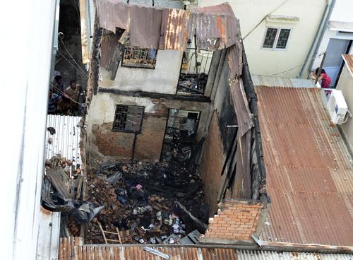 Căn nhà bị sập đổ và thiêu rụi sau vụ hỏa hoạn. Ảnh: An Nhơn