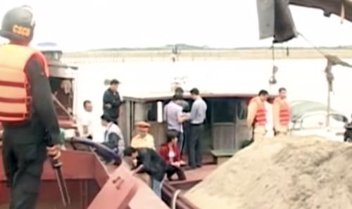 Hơn 200 cảnh sát đột nhập và khống chế hàng chục người đang hút cát trên sông Hồng đoạn qua huyện Phúc Thọ (Hà Nội). Ảnh: VTV.