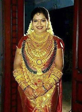 Cô gái Ấn Độ đeo số vàng trị giá 13 tỷ lên người.