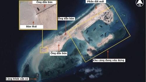 Hình ảnh vệ tinh hôm 14/11 cho thấy Trung Quốc đang có hoạt động cải tạo đất trên bãi đá Chữ Thập thuộc quần đảo Trường Sa. Ảnh: IHS Jane's.