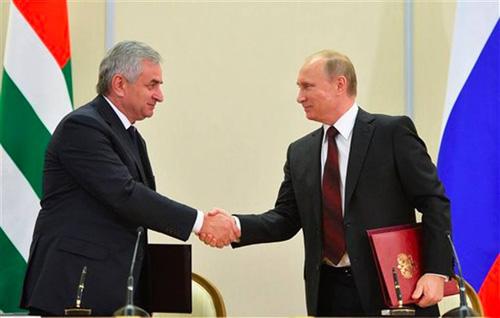 Tổng thống Nga Putin và lãnh đạo tỉnhAbkhazia Raul Khadzhimba ký kết hiệp ước tăng cường quan hệ hôm qua. Ảnh: AP