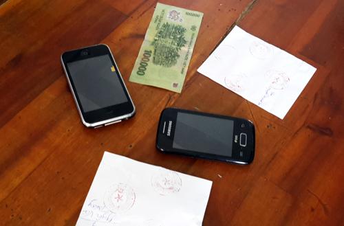Chiếc điện thoại của nạn nhân bị Tâm đem cầm đã được cảnh sát thu hồi. Ảnh: An Nhơn